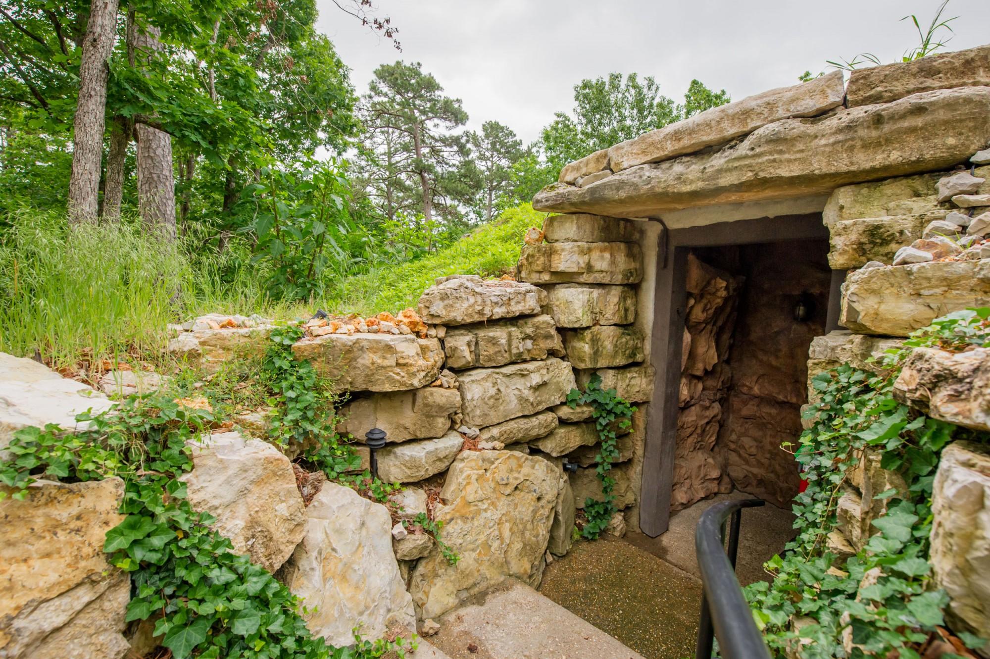 Eureka springs hobbit caves eureka springs treehouses for Castle haven cabins